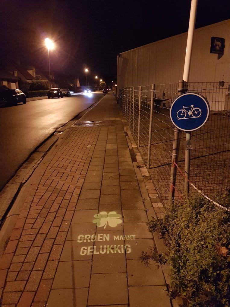 De slogan 'Groen maakt gelukkig' werd zowel op fietspaden als op gevaarlijke kruispunten geplaatst.