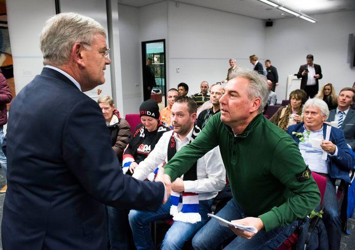 Jan van Zanen geeft Pegida voorman Edwin Wagensveld een hand
