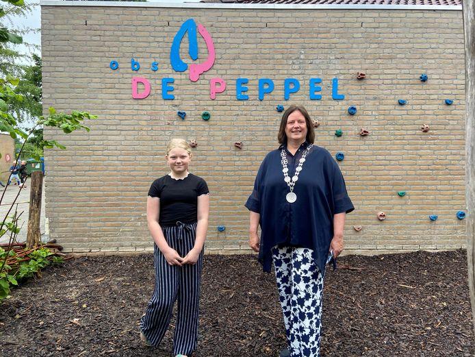 De eerste Beuningse kinderburgemeester Quinty de Bruijn naast burgemeester Daphne Bergman.