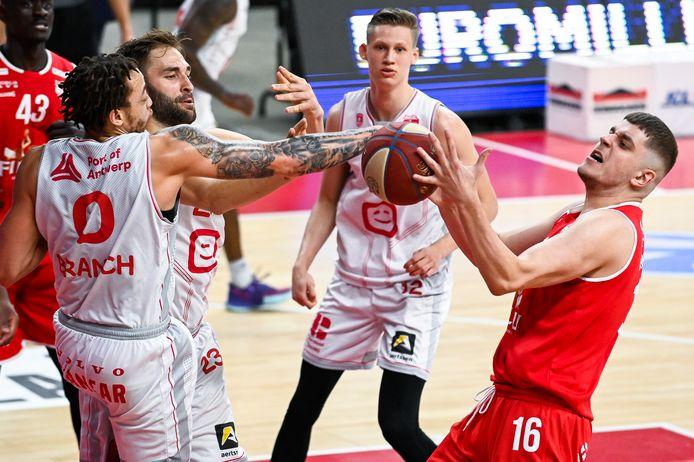 Haris Bratanovic (r.) strijdt om de bal met Stephaun Branch van Antwerp Giants. In de Lotto Arena leed de kustploeg haar vijfde nederlaag van het seizoen.
