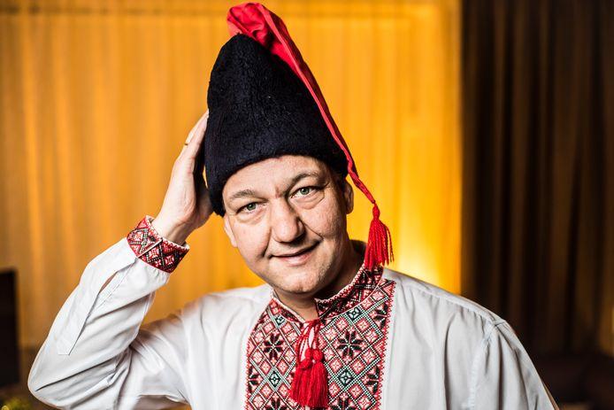 Johnny Dat, geheel in stijl, in Oekraïense klederdracht.