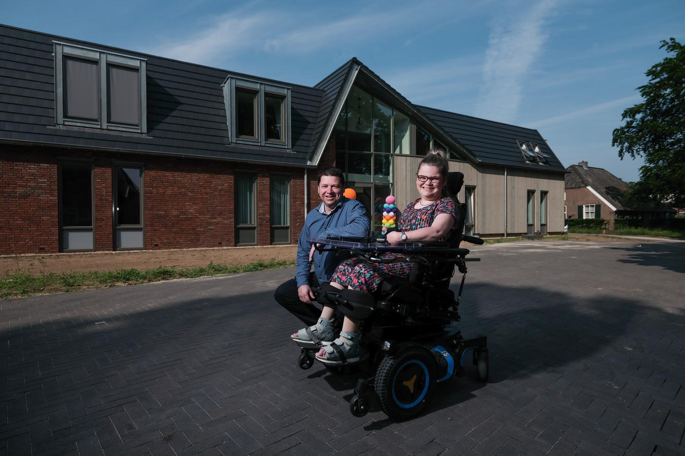 Lisa en locatiemanager Elver bij de Anna Hoeve voor nieuwe Elver