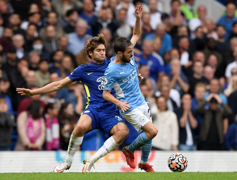 Bernardo Silva (rechts) van  Manchester City in actie tegen Marcos Alonso (links) van Chelsea Beeld EPA
