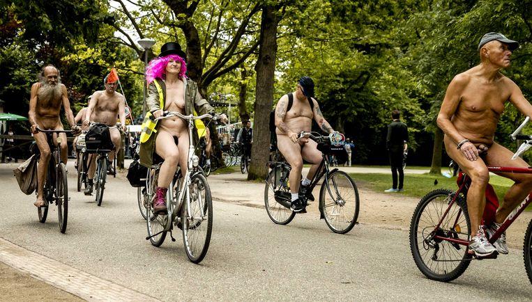 Afgelopen zomer deden Amsterdamse fietsers mee aan de World Naked Bike Ride. Met de blote fietstocht willen ze mensen bewust maken de milieuvervuiling die auto's veroorzaken. Beeld ANP