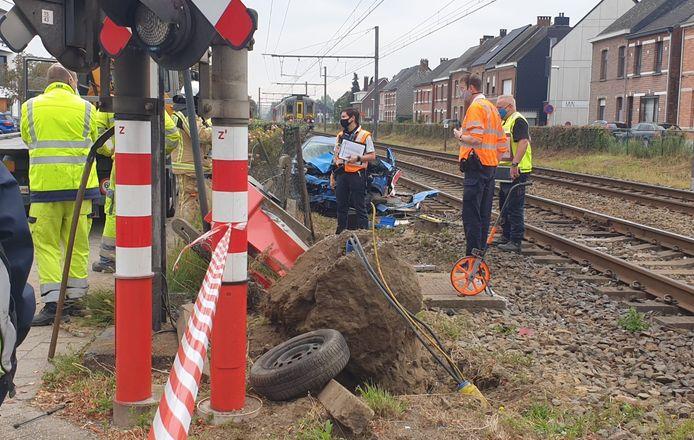 De wagen werd aangereden door de trein en weggeslingerd.