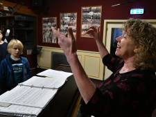 Zangverbod raakt dirigente Oldenzaals Stadsjongenskoor in het hart: 'Kinderen verbieden  te zingen is absurd'