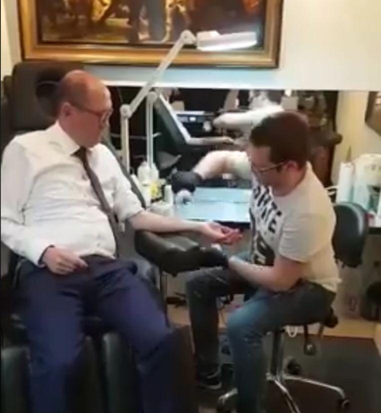 Bij 70.000 likes laat Johan Vande Lanotte een tattoo zetten.