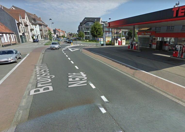Het wegdek aan het tankstation moet dringend vernieuwd worden.