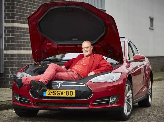 Vincent Everts een paar jaar geleden in zijn eerste Tesla.
