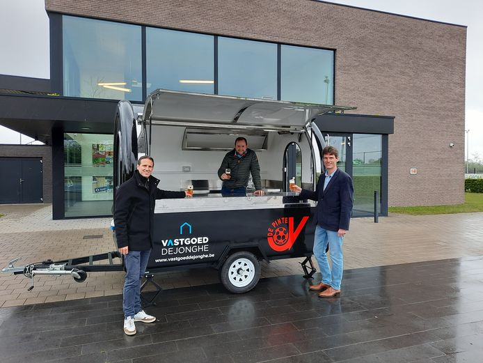 Sportfunctionaris Sander Renson, sponsor Sander Dejonghe en schepen van Sport Kristof Agache bij de mobiele kantine.