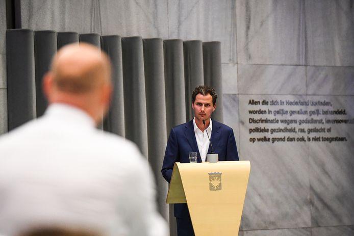Gemeenteraadsvergadering in Arnhem toen er nog geen coronavirus rondwaarde. Hier wordt fractievoorzitter Mark Coenders van GroenLinks geïnterrumpeerd door oppositieleider Gerrie Elfrink van de SP (op de rug gezien).