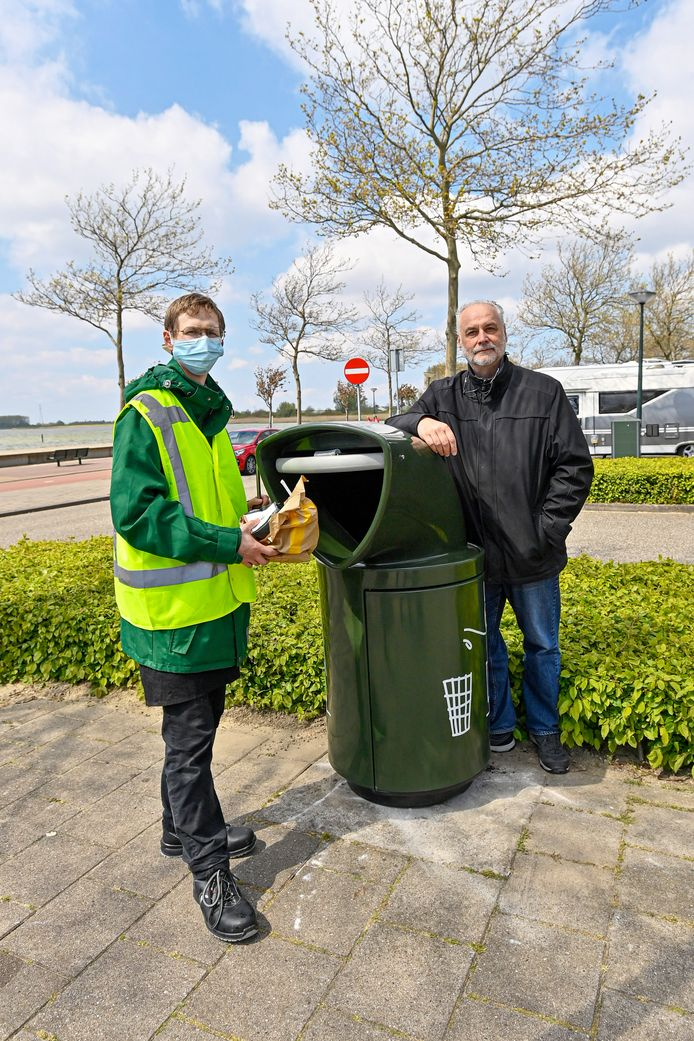 Frank Govers en medewerker (L) Brian Dercksen  bij de nieuwe afvalbakken.