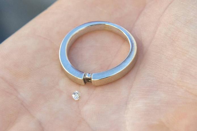 Het diamantje en de ring, op de hand van Alice Nap. Binnenkort zit de herstelde ring weer 'gewoon' om haar vinger.