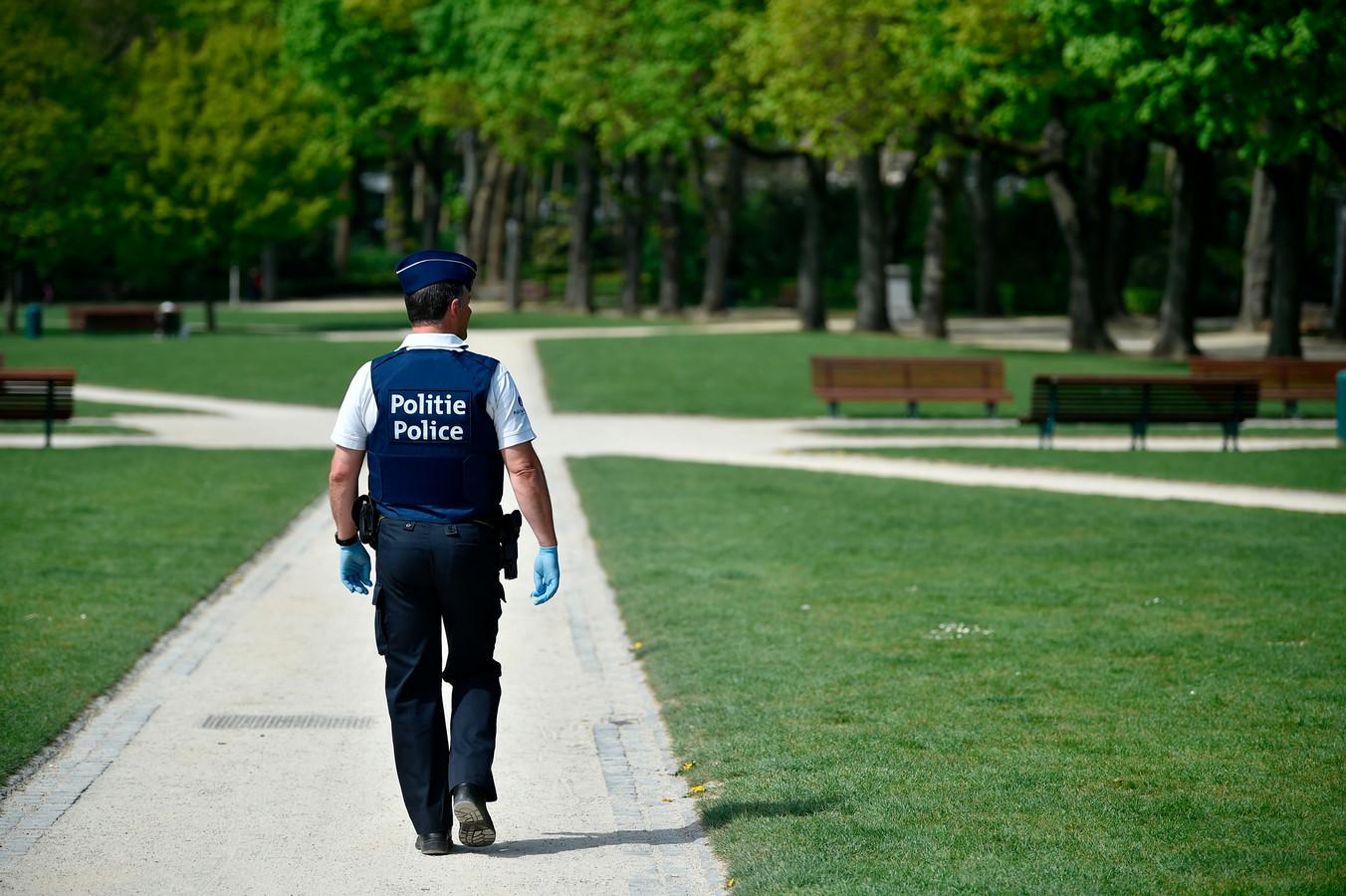 Policier dans le bois de la Cambre en avril 2020.