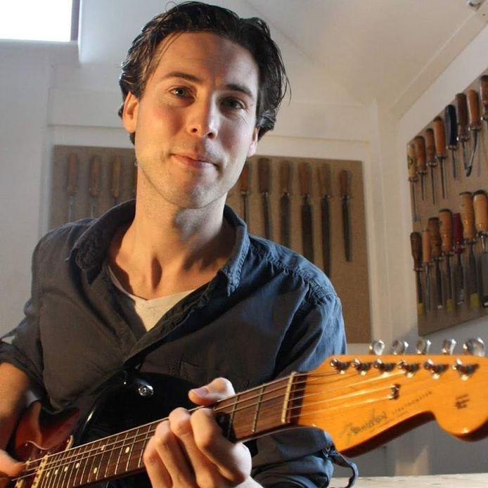 Jelle van Tilburg en zijn gitaar.