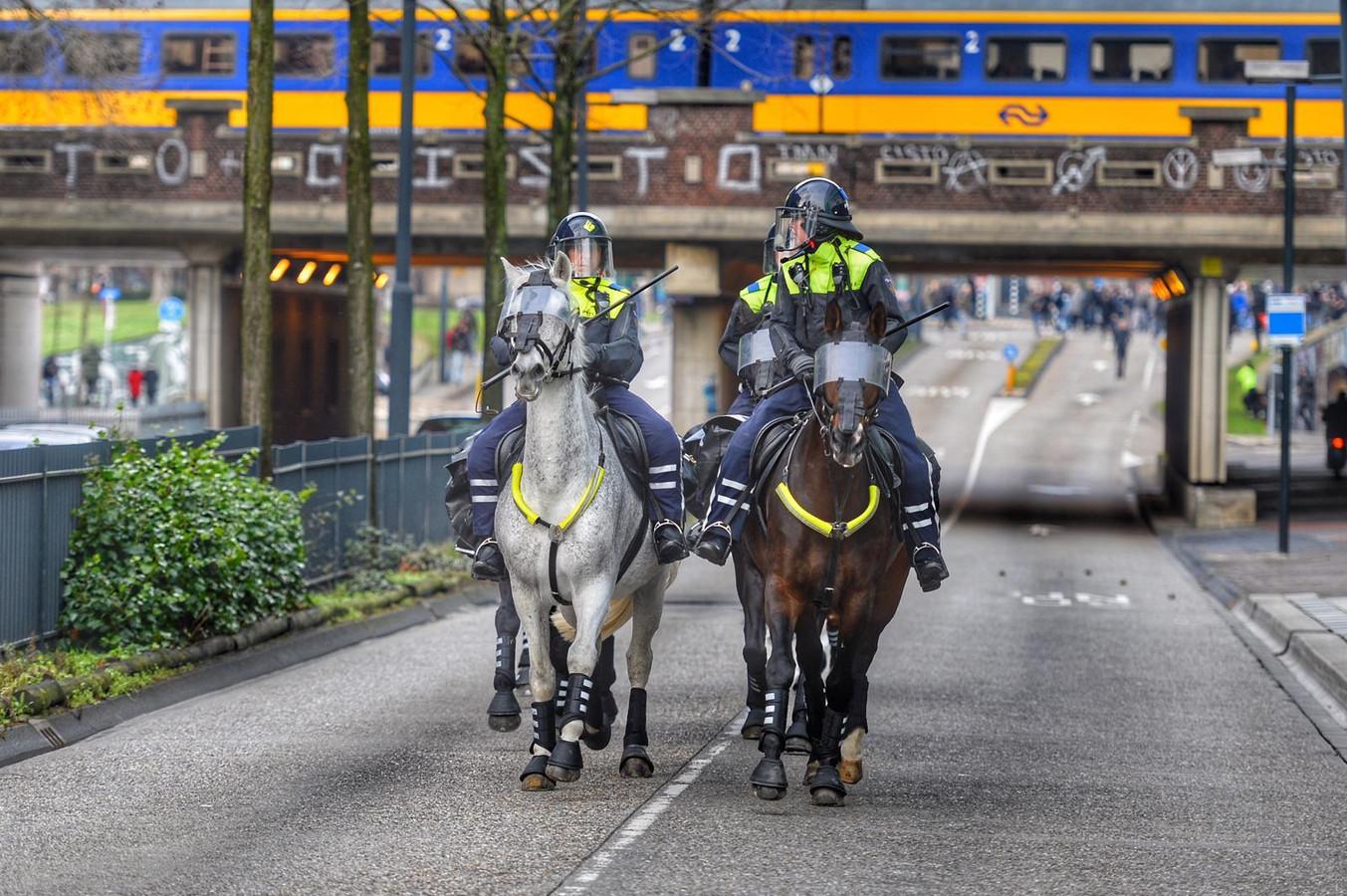 Politie te paard voor de Vestdijktunnel tijdens de ongeregeldheden op 24 januari.
