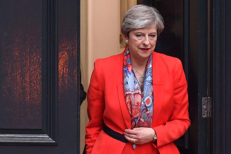 Premier Theresa May maakte een zware gok en verloor. Zal zij op het einde van de dag nog de sleutels van Downing Street 10 in handen hebben? Beeld AFP