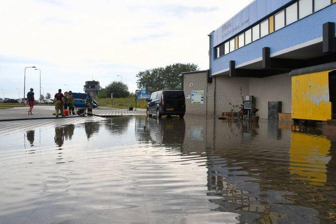 In Breskens liep het water naar binnen bij de voormalige veerterminal. De brandweer pompte het water weg.