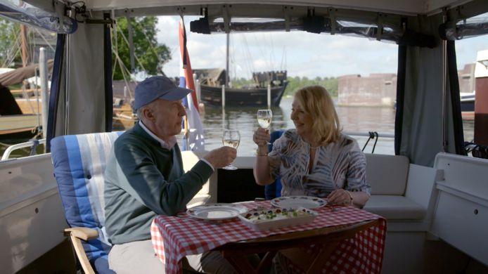 André van Duin en Janny van der Heijden varen over de IJssel.
