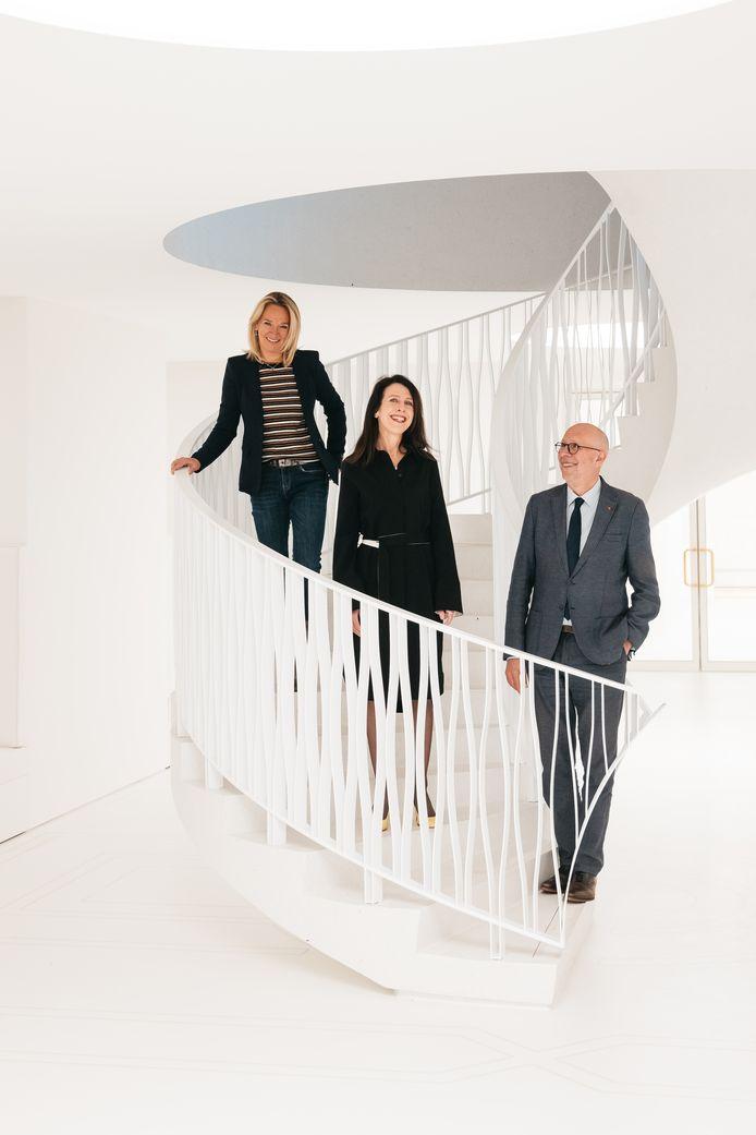 Jacqueline Grandjean, hier in het midden tussen algemeen directeur Carmen Willems en voorzitter Luk Lemmens, wordt de nieuwe artistiek directeur van het Koninklijk Museum voor Schone Kunsten Antwerpen (KMSKA).