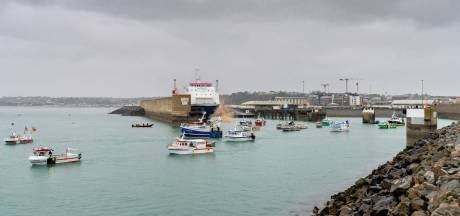 Pêche post-Brexit: des pêcheurs français protestent à Jersey, le Royaume-Uni et la France envoient des navires militaires