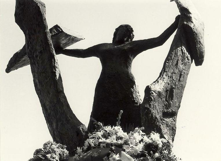 Het Hannie Schaft-monument in het Haarlemse Kenaupark. Het beeld werd gemaakt door Truus Menger-Oversteegen die tussen 1943 en 1945 bevriend was met Hannie Schaft en ook actief was in het verzet.  Beeld Noord-Hollands Archief