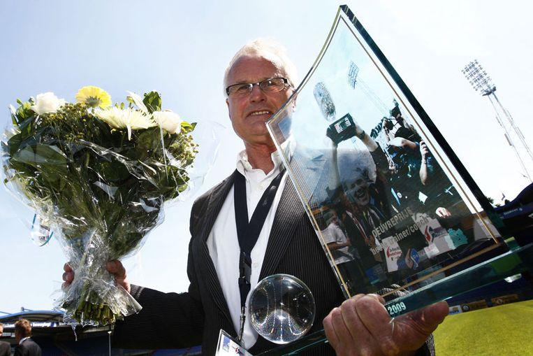 Foppe de Haan neemt de oeuvreprijs van de belangenvereniging Coaches Betaald Voetbal (CBV) in ontvangst. (ANP) Beeld