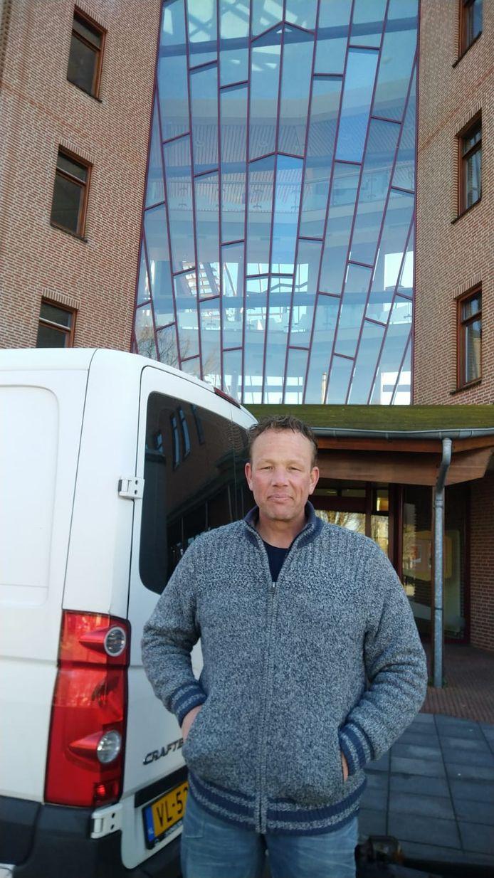 Jochem Walraven (sokken) vrijdag voor het gemeentehuis in Reusel.