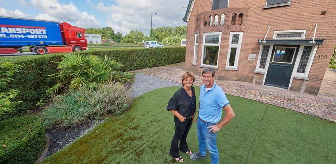 Janine en Marco Bons bij hun woning op de hoek van de NCB-Laan en de N279 in Veghel.
