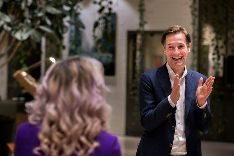 Volt-lijsttrekker Laurens Dassen reageert op de uitslagen van de Tweede Kamerverkiezingen. Beeld Inge van Mill