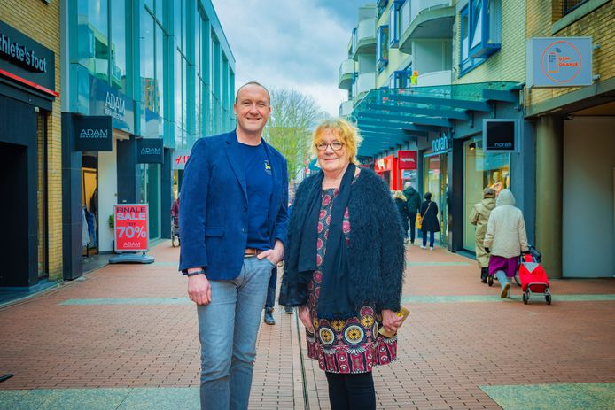 Lennie Huizer en Arjan de Rooij van gastvrij Zoetermeer in het stadshart Zoetermeer. Het welkomstcomité van Gastvrij Zoetermeer moet de stad aan een beter imago helpen. ,,De beste ambassadeurs zijn de mensen uit je eigen stad.''