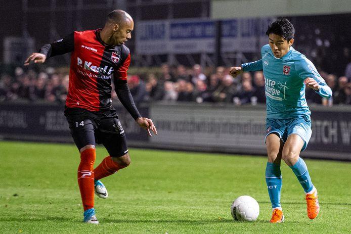Nakamura in actie namens FC Twente in de bekerwedstrijd tegen de Treffers uit Groesbeek.