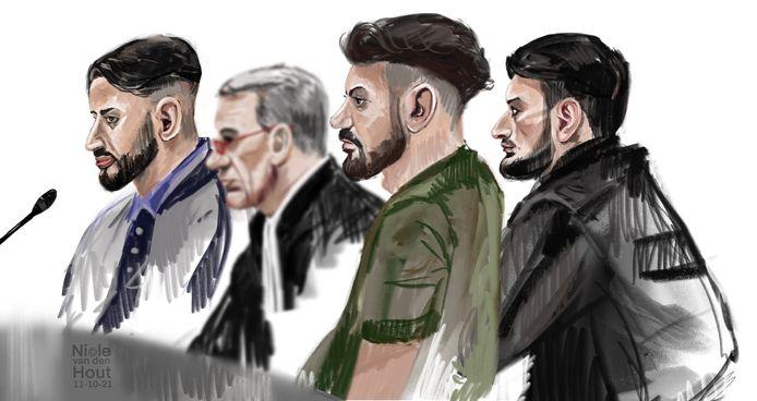 Drie van de vier verdachten en een van hun advocaten (met bril).