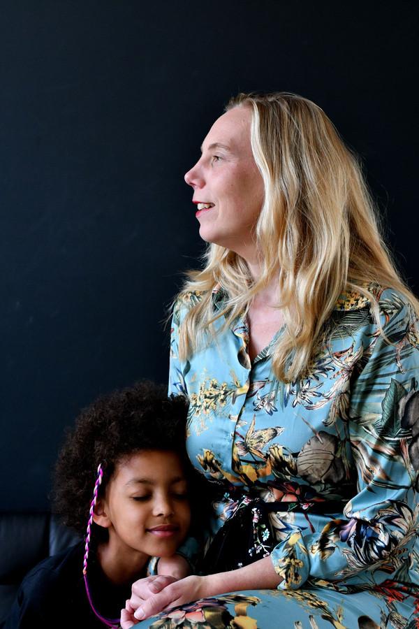 """Femke NIjboer met haar dochtertje Stella: """"Misschien is het niet zo erg als het leven minder snel gaat."""""""