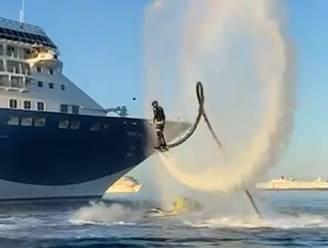 Flyboarder voert spectaculaire show op bij cruiseschip