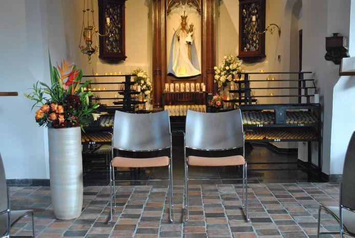 Wie gaat trouwen in de Hasseltse Kapel zit voortaan op deze nieuwe trouwstoelen.
