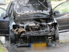 Auto vliegt in brand op Zuiderval in Enschede: bestuurder komt met schrik vrij