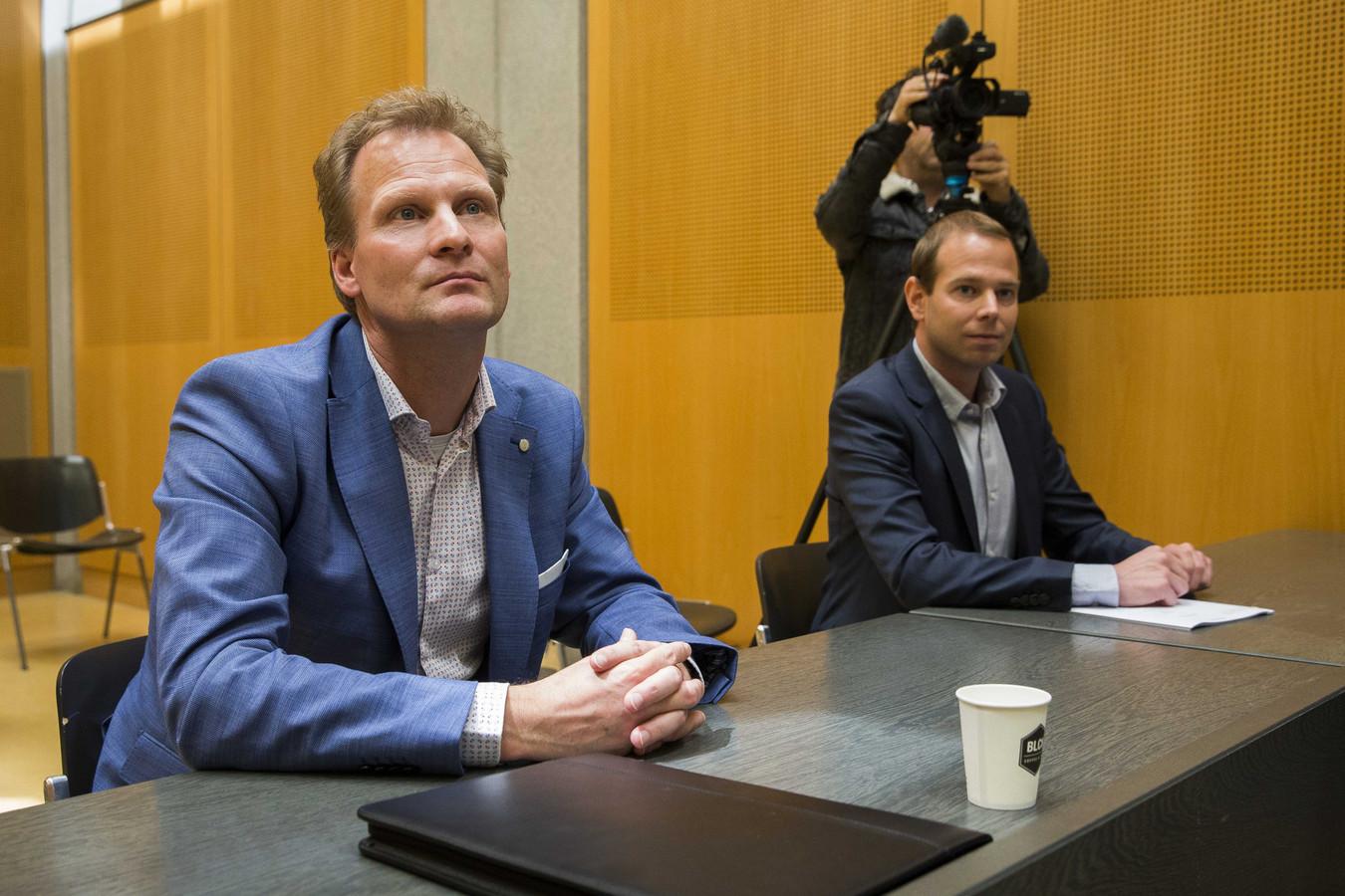 Vitesse-directeur Pascal van Wijk (links) in de rechtszaal tijdens het kort geding over de huur van GelreDome.