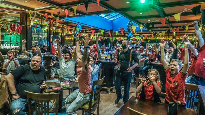 In de Ierse kroeg Mary's Irish Pub in Kortrijk juichen de supporters wanneer de Belgen scoren.