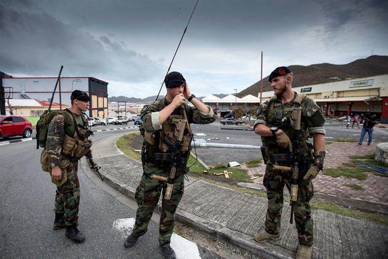 Nederlandse militairen op Sint-Maarten na de doortocht van orkaan Irma. Illustratiebeeld.