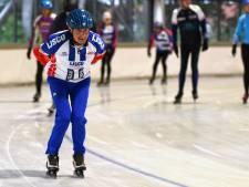 Goof (81) leerde honderden schaatsers 'pootje over' en staat ook dit seizoen weer op het Bredase ijs