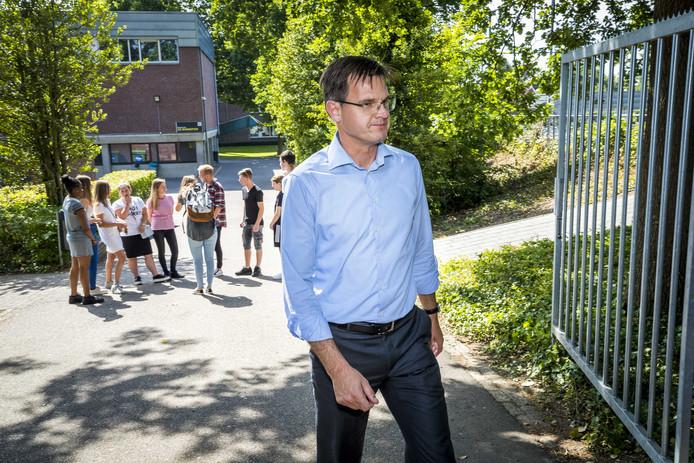 Voorzitter André Postema van het College van Bestuur van het Limburgs Voortgezet Onderwijs (LVO) bij het VMBO in Maastricht.