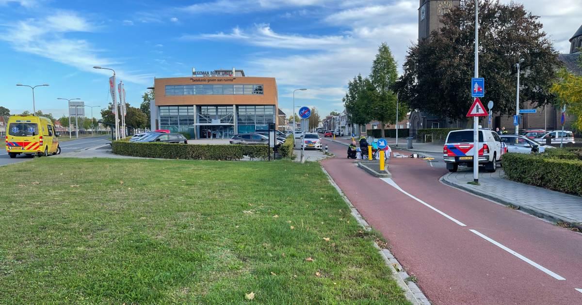 Fietsster met spoed naar ziekenhuis na aanrijding met auto in Almelo.
