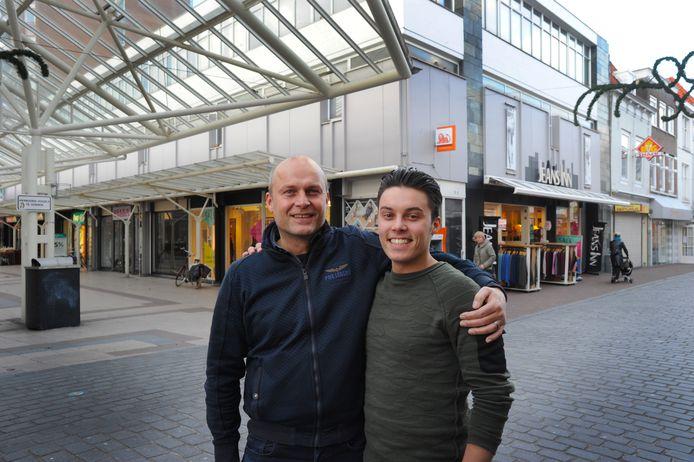 André (links) en Marvin Schout voor Jeans Inn. De winkel met verlichte ramen wordt de komende maanden uitgebreid met de voormalige kledingwinkel Bella (de pui met donkere ramen linksachter).