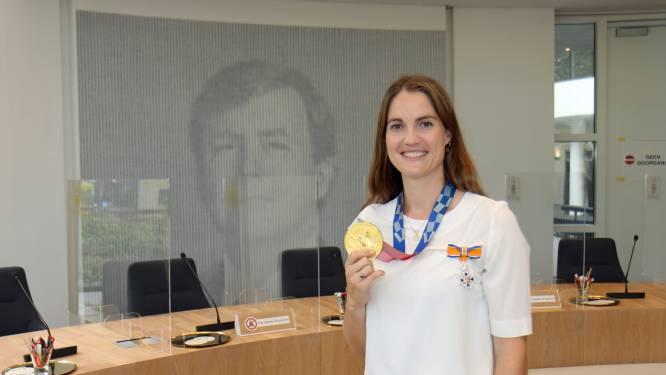 Gorcumse hockeyster krijgt lintje opgespeld na goud op Olympische Spelen
