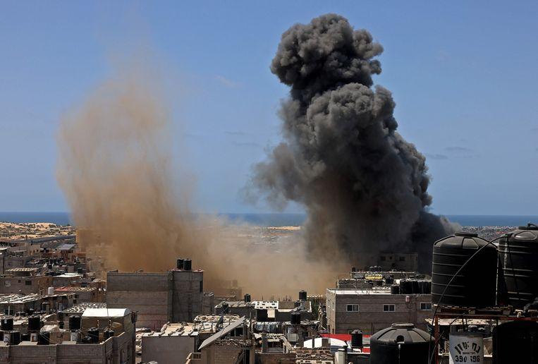 Een rookwolk na een beschieting op een gebouw in Rafah, in het zuiden van de Gazastrook op 20 mei 2021.  Beeld AFP