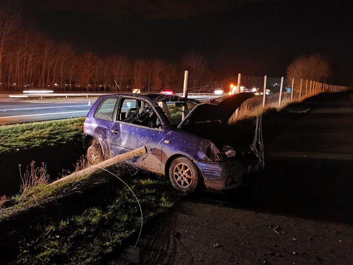 Een van de auto's schoot de berm in.