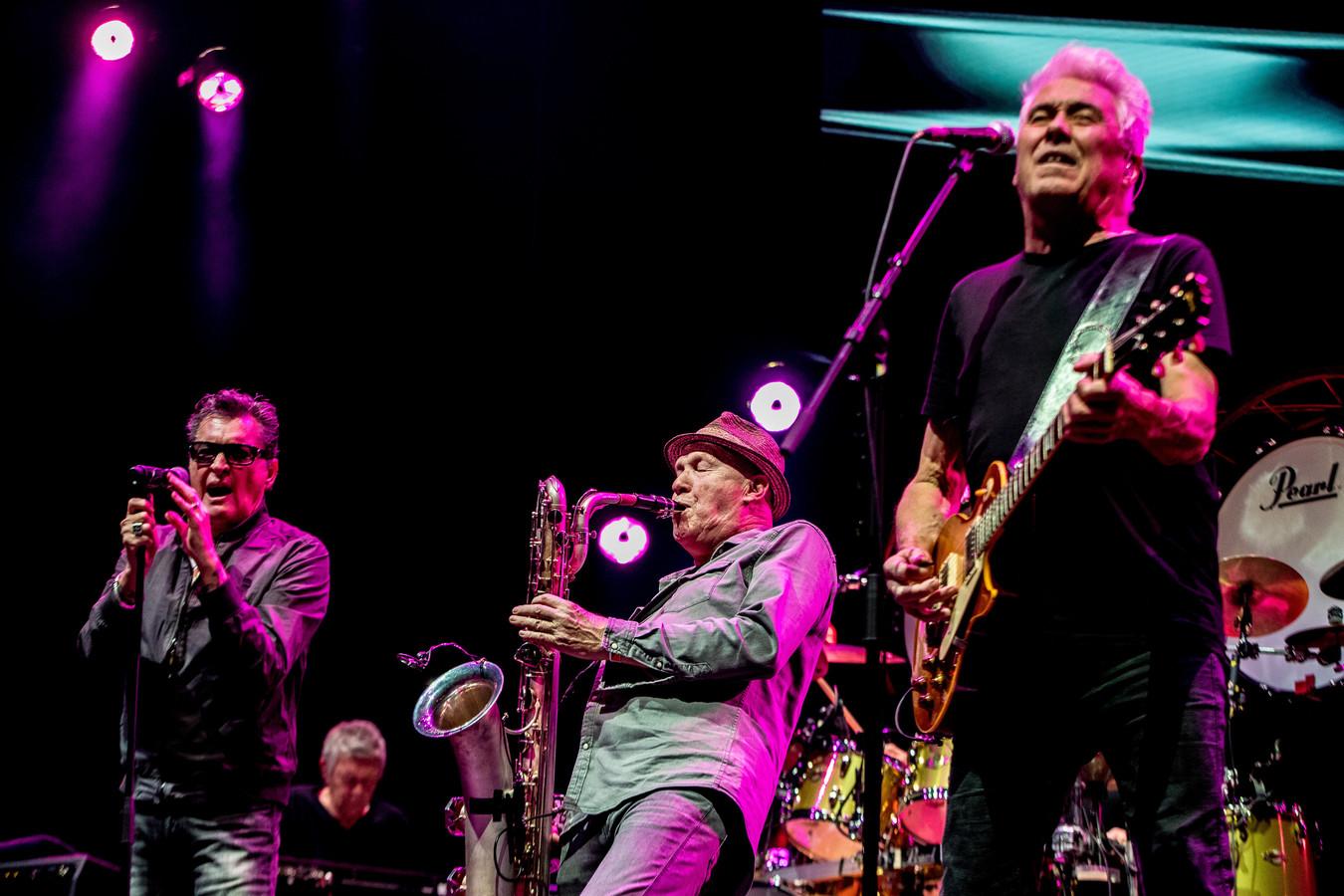 2019-11-16 21:18:38 ROTTERDAM -  Zanger Barry Hay, saxofonist Bertus Borgers en gitarist George Kooymans van de Haagse rockband Golden Earring tijdens hun concert in Ahoy.