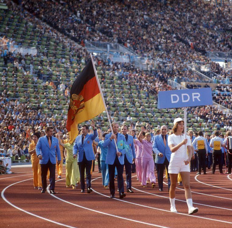 De DDR-ploeg tijdens de openingsceremonie op de Spelen van 1972.In München won de DDR 66 medailles, dankzij 'medische ondersteuning'.Het prestatieprogramma werd in 1968 gestart. Beeld BELGAIMAGE