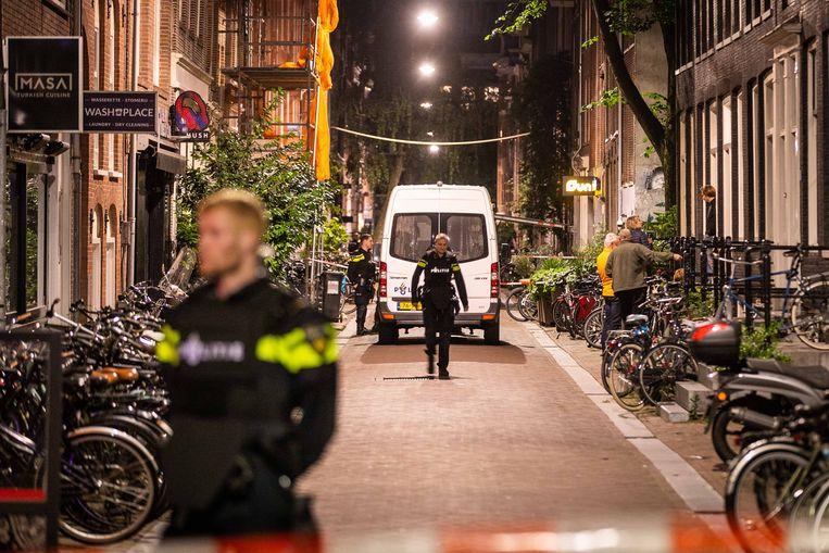 Politie op de plaats waar De Vries dinsdagavond werd neergeschoten. Beeld ANP